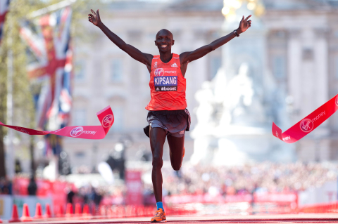 Wilson Kipsang of Kenya crosses the line to win the men's race in the 2014 London Marathon on The Mall in central London on April 13, 2014.    Kenya's world record-holder Wilson Kipsang won the men's London Marathon in a new unofficial course record of two hours, four minutes and 27 seconds.  AFP PHOTO / LEON NEAL